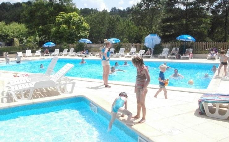 Zwembad met apart kinderbadje op La Castillonderie