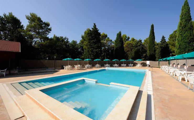 Het zwembad met apart kinderbad op camping Pian di Boccio