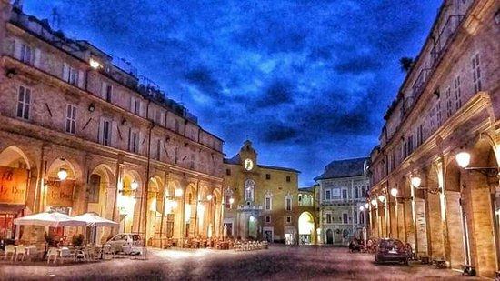 Piazza-del-popolo in Fermo