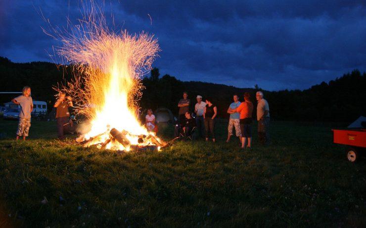 Groot kampvuur op camping Les Trexons