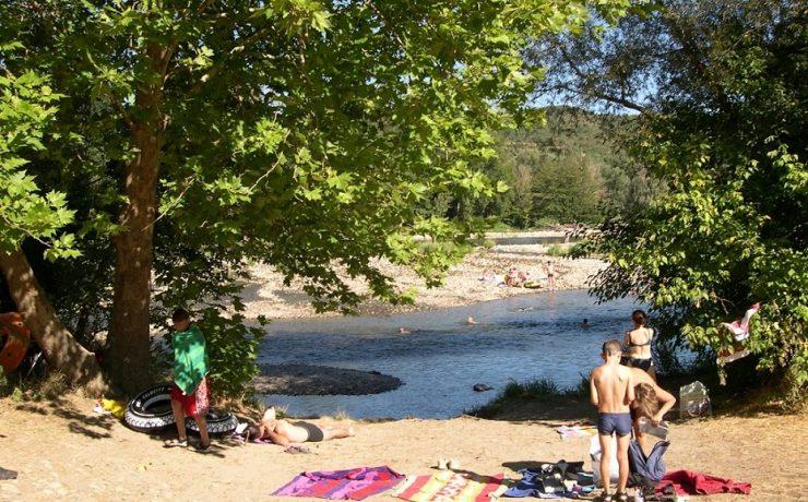 Klein strand bij camping La Digue