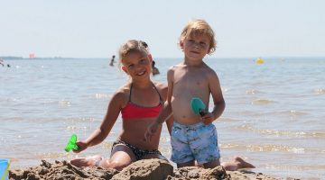 Spelende kinderen op strand Medoc aan Franse westkust