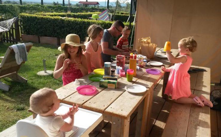 Familie aan het eten bij safaritent op Nonna Stella