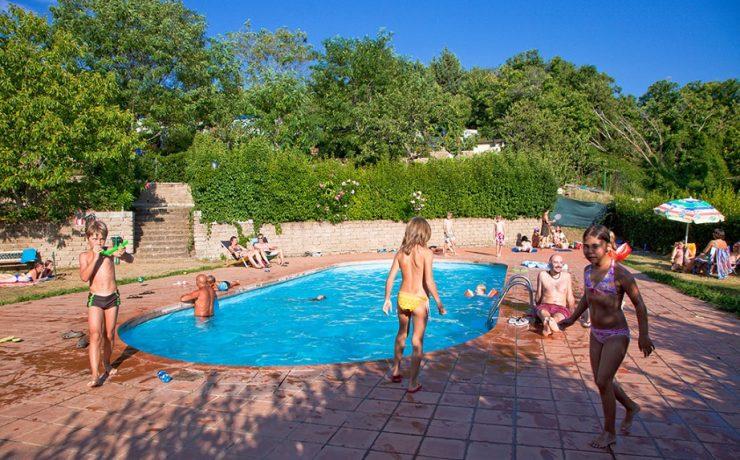 Zwembad van camping Lucherino
