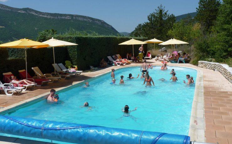 Zwembad met uitzIcht op camping Domaine des 2 Soleils