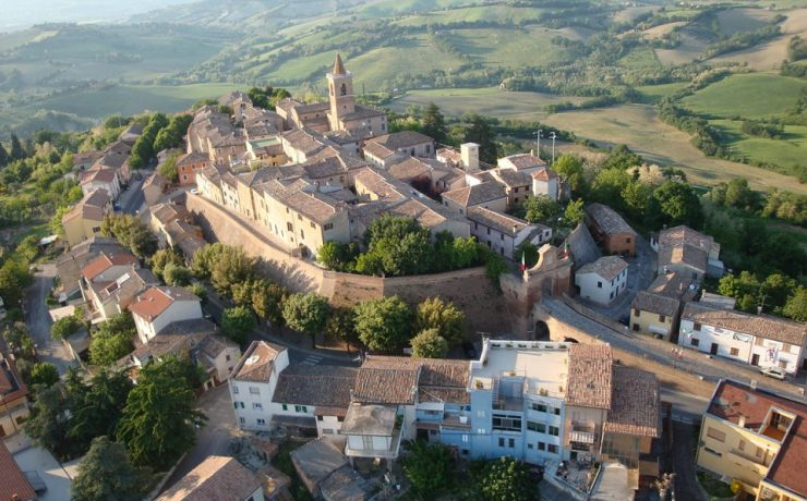 Het dorpje Barchi in Le Marche