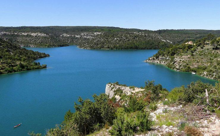 Zicht op Lac de Esparron, kleine camping L'Avelanède Provence