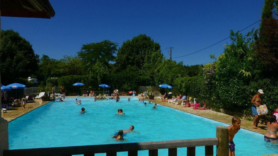 Afkoelen in het zwembad van Bleu Soleil in de Dordogne