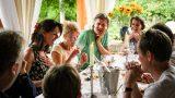 Samen eten aan lange tafels op rustieke kleine camping Mas du Midi