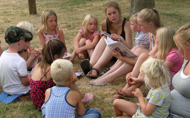 Luisterende kinderen tijdens het voorlezen