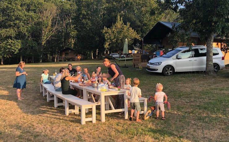Gezellig tafelen op deze kleinschalige camping. Georges du Chambon. Dordogne
