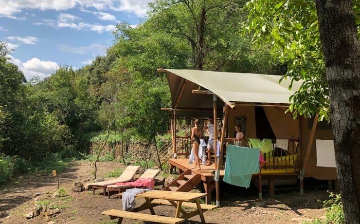 Glamping, luxe camperen in de natuur op kleinschalige camping. Il Sogno, bloemenriviera Italië