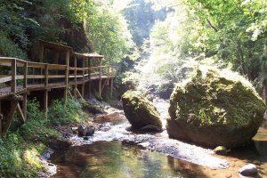 Gorges de la Jordanne, riviertje beekje voor waterplezier . Omgeving camping Moulin de Chaules