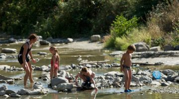 Dammetjes bouwen, riviertje kleine camping Le Moulin de Cost