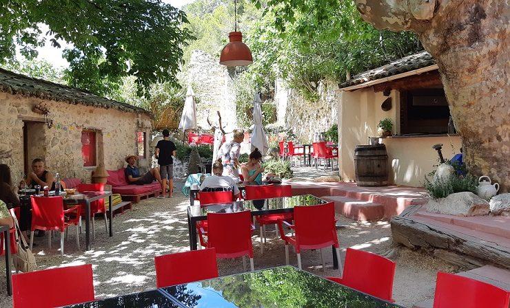 Sfeervol terras op de kleinschalige camping le Moulin de Cost